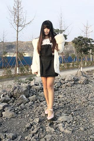 粉鞋女孩踩黑泥石子