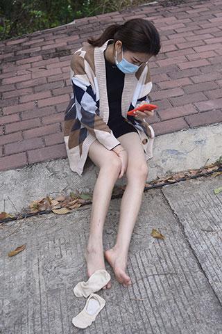 学妹马路边上的高帮帆布鞋の丝足