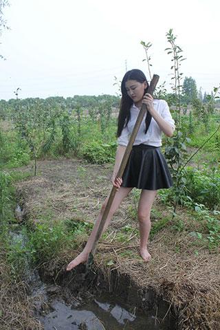 路路少女赤脚体验农活