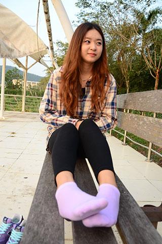 少女新百伦の紫色棉袜脚