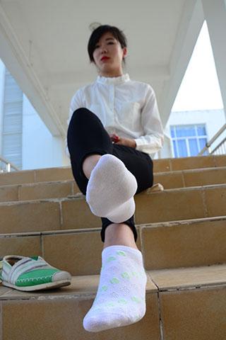 教学楼里学姐的布鞋の白棉袜脚