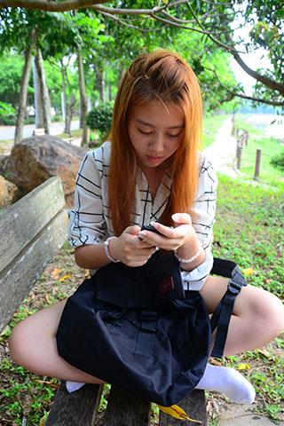 少女公园板凳上的白棉袜脚