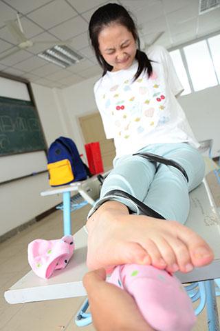 教室捆绑少女斑点棉袜脚