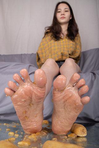 专科生沫沫展示沾满香蕉的美脚