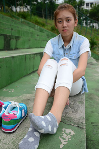 操场看台上学姐的棉袜脚