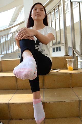 教学楼道上学妹的棉袜脚