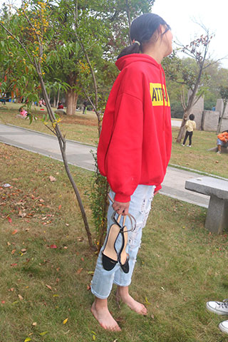 高三女孩高跟鞋公园拍摄