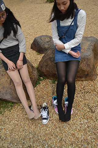两少女公园帆布鞋の丝足