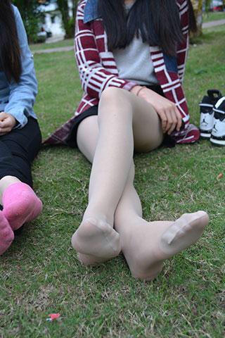 三个邻班同学草地长腿秀